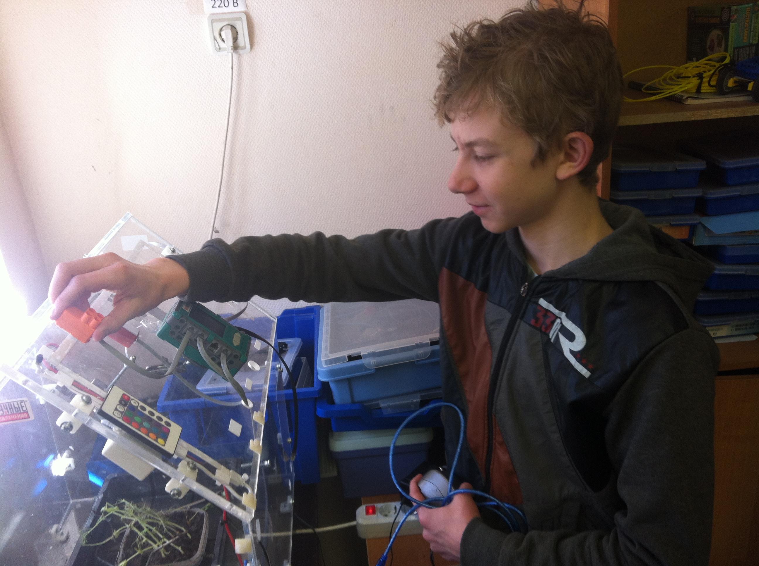 Федор Тропин меняет параметры автоматизированной теплицы