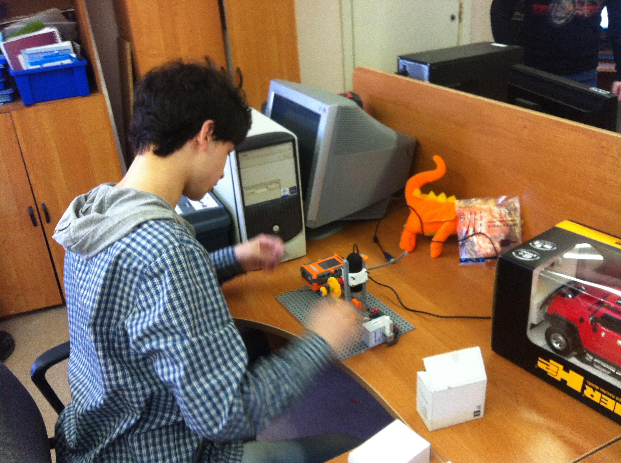 Никита Самойлов готовит робота для выставкив