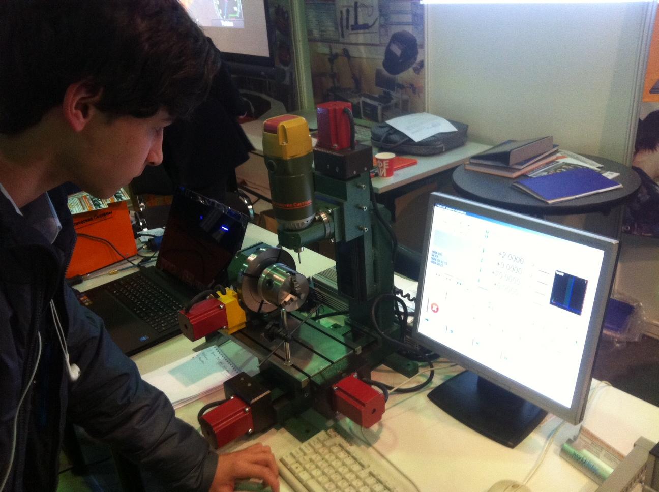 Никита Самойлов знакомится с работой токарно-фрезерного станка с ЧПУ фирмы Дидактические системы