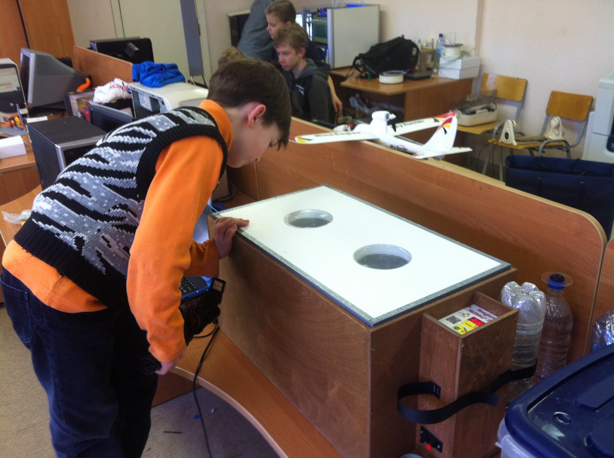 Степан Хадышьян наблюдает за страусиными яйцами в инкубаторе
