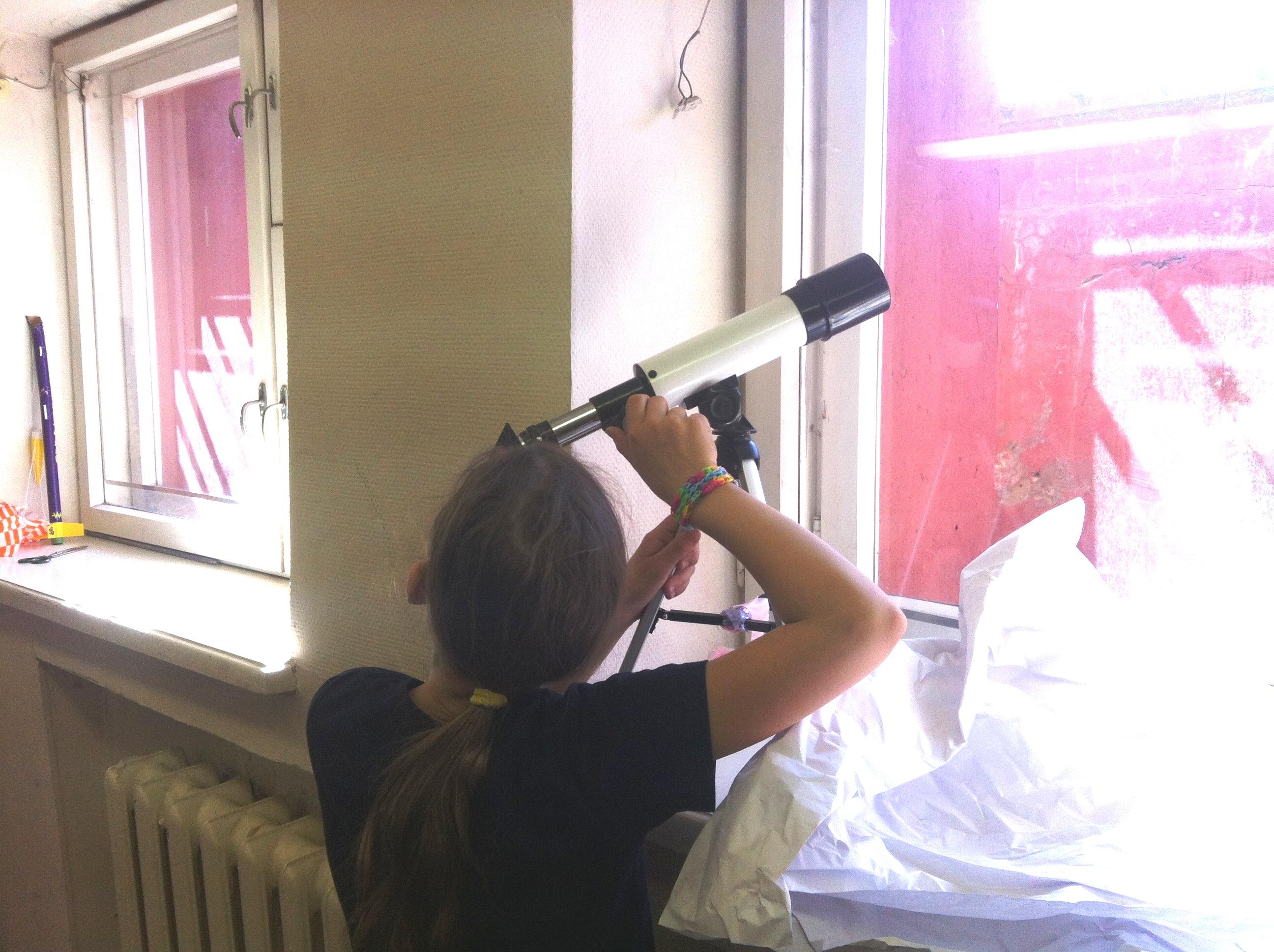 Женя Тропина знакомится с устройством телескопа