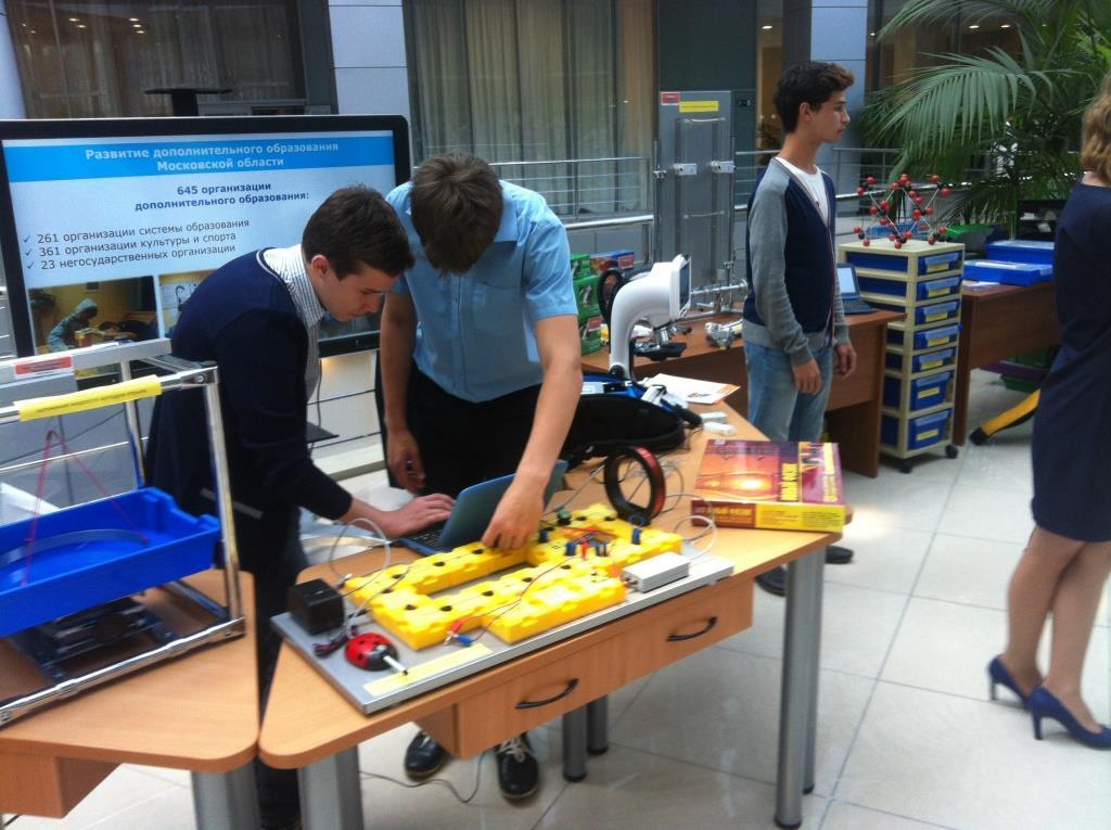 Михаил Горохов и Михаил Степанов изучают затухающие колебания в электромагнитном контуре