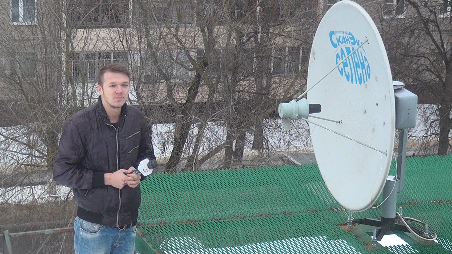 Антенна принимает карты  Земли со спутника