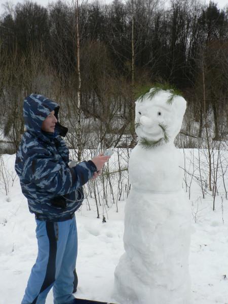 Владислав Тропин знакомит местного снеговика с датчиком температуры