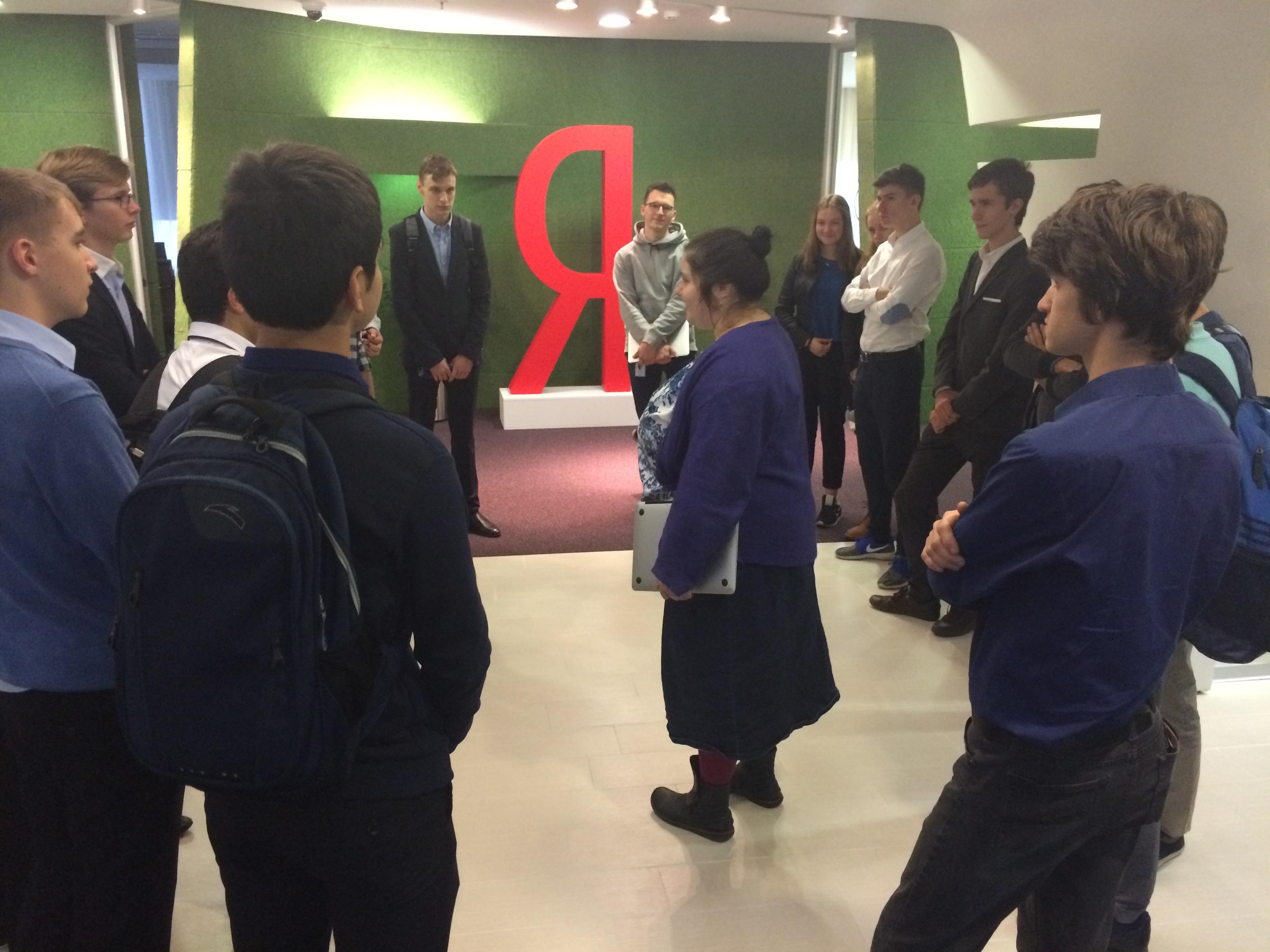 Экскурсию для учеников школы 29 проводит сотрудник фирмы Лилия Барладян