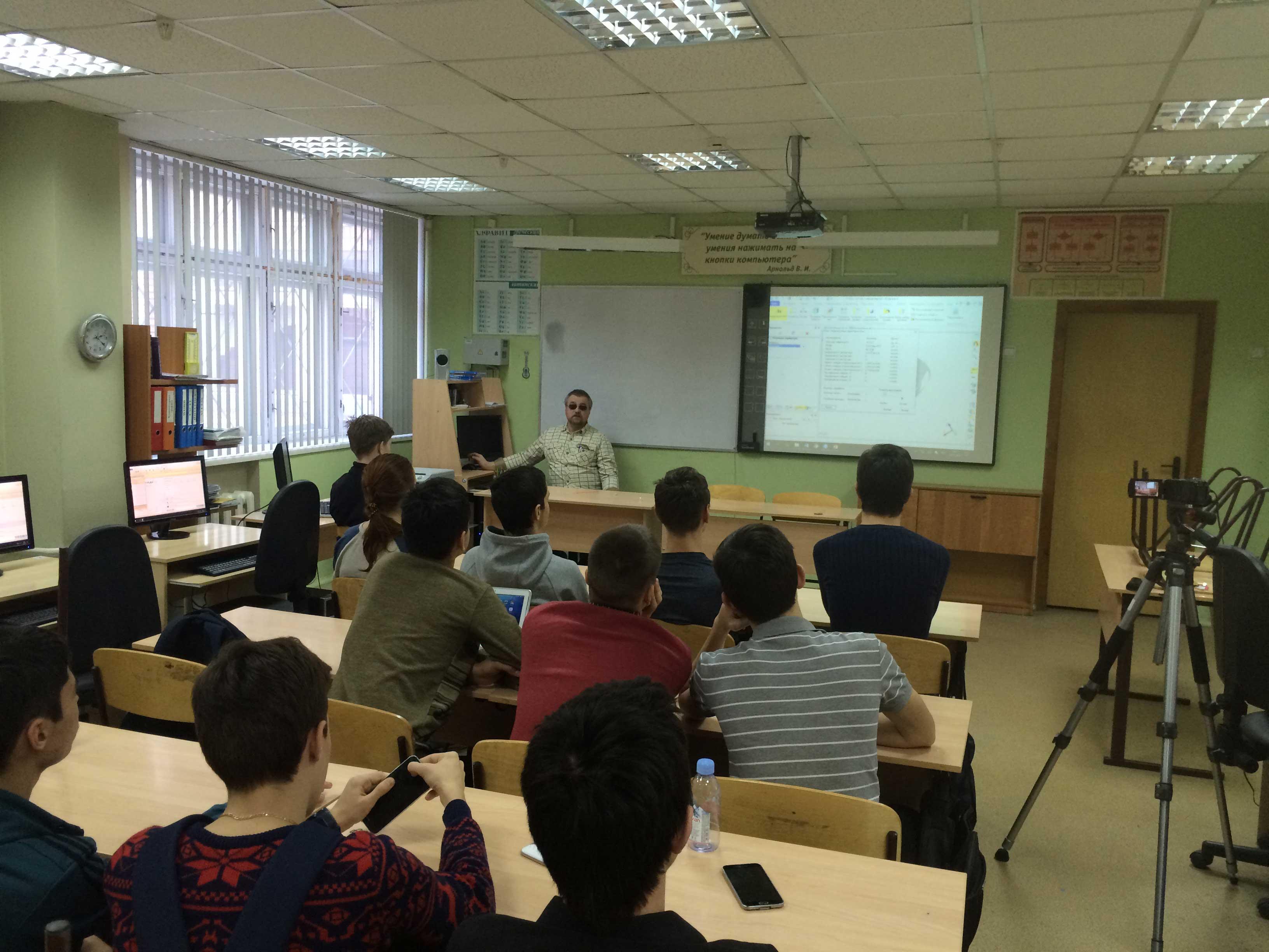Курс САПР читает инженерному классу сотрудник фирмы Научные развлечения Альберт Цуцких