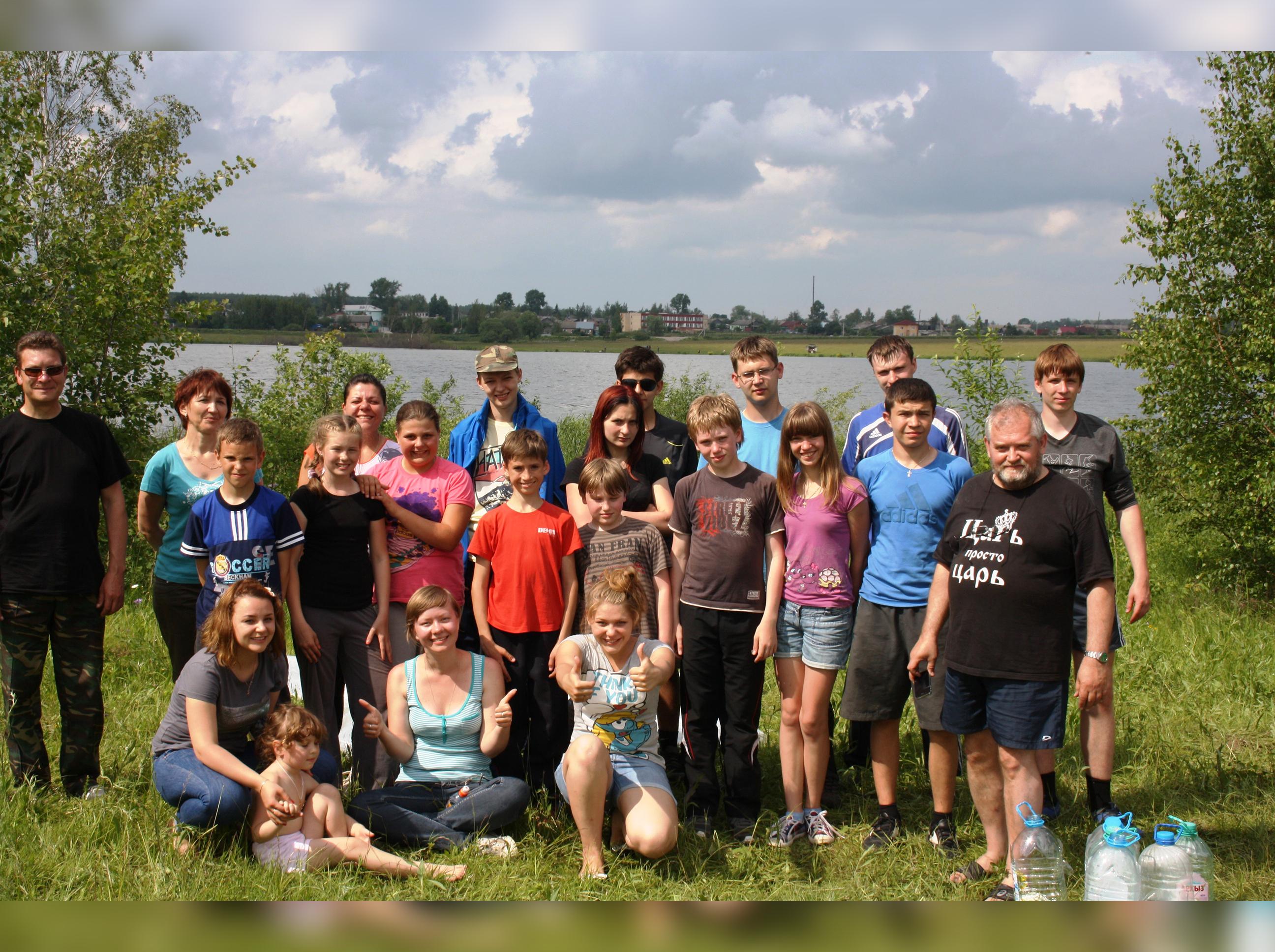 Юля со школьным научным обществом в экологической экспедиции copy