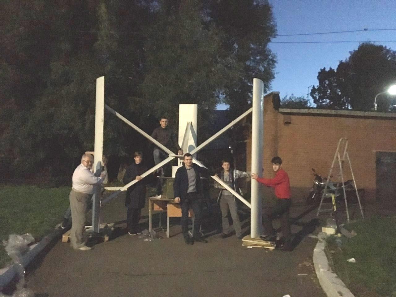Вечером с субботу после ШНО закончена сборка ветрогенератора