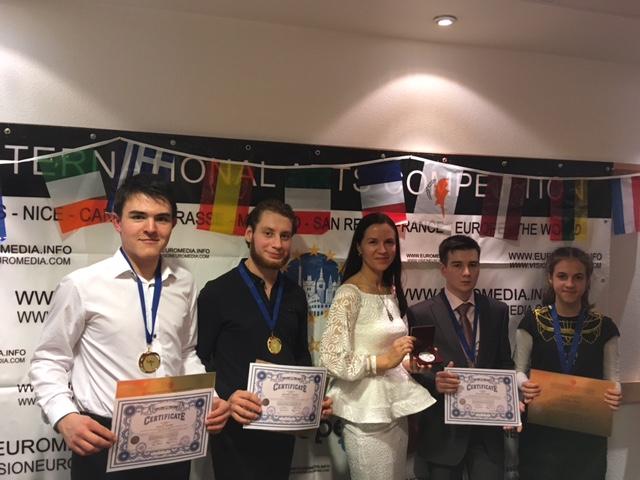 Победители фестиваля с дипломами и медалями