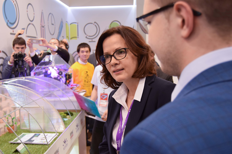Кирилл Заведенский рассказывает замминстра Минпромторга Г.М.Кадыровой, как работает наша оранжерея
