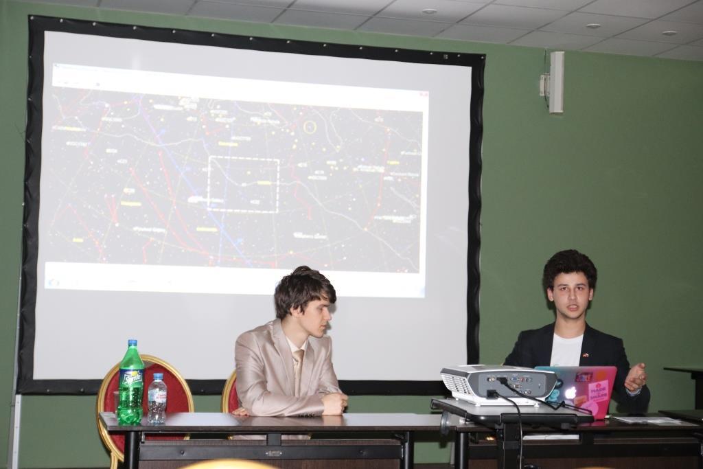 Лекцию о работе удаленной школьной обсерватории читает Никита Самойлов