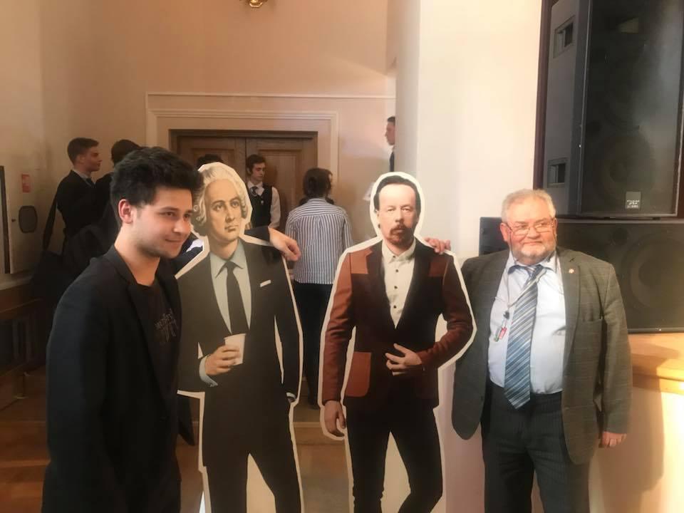 Несколько фамильярно пообщались с академиком Ломоносовым и профессором Поповым