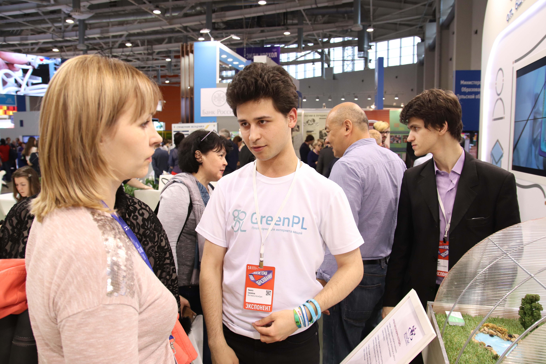 Никита Самойлов работает на стенде Космодиса