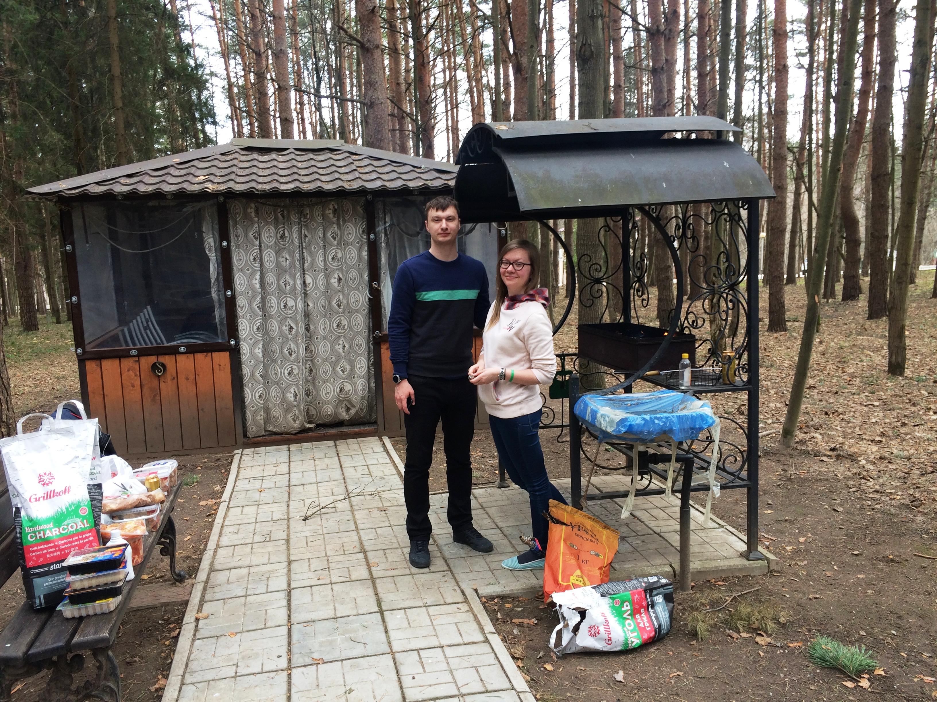 Павел Чеботарев и Юля Старостина традиционно готовыт шашлыки на всю нашу команду