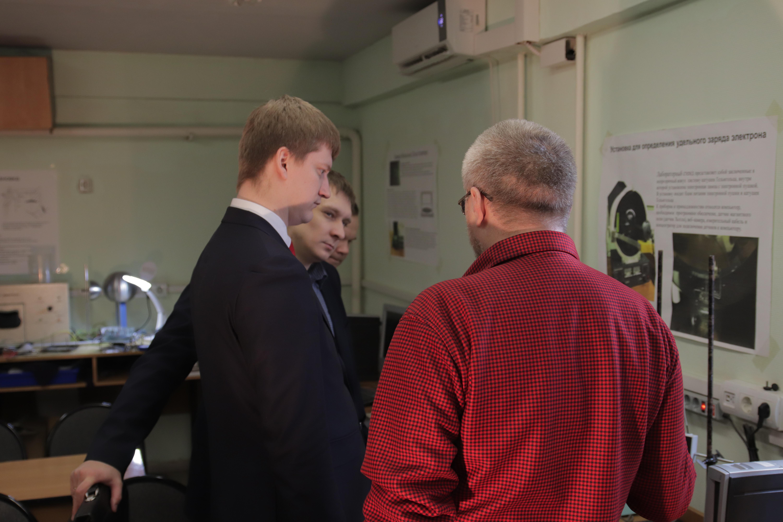 Экскурсию в нанолаборатории для руководства НПО Луч проводит соруководитель проекта Школьный космический телескоп А. Ю. Цуцких