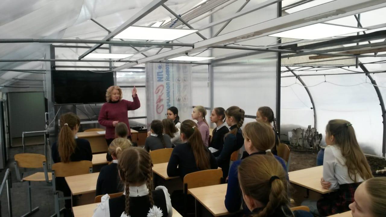 Нина Павловна ведет урок технологий в классе оранжереи