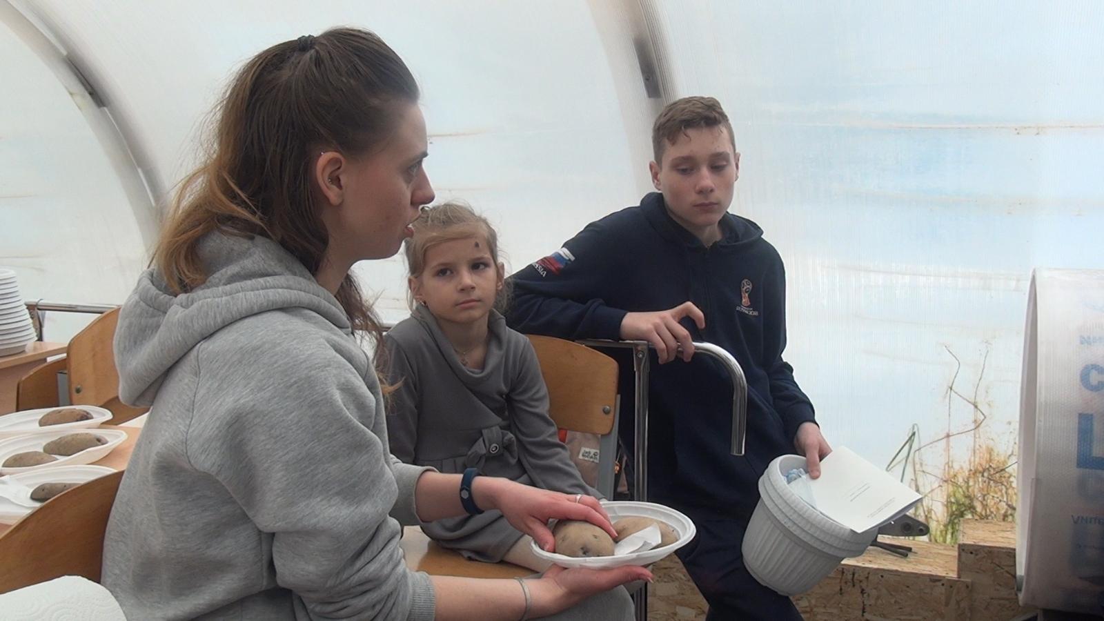 Юлия Константиновна Удовик знакомит учащихмя с методикой эксперимента