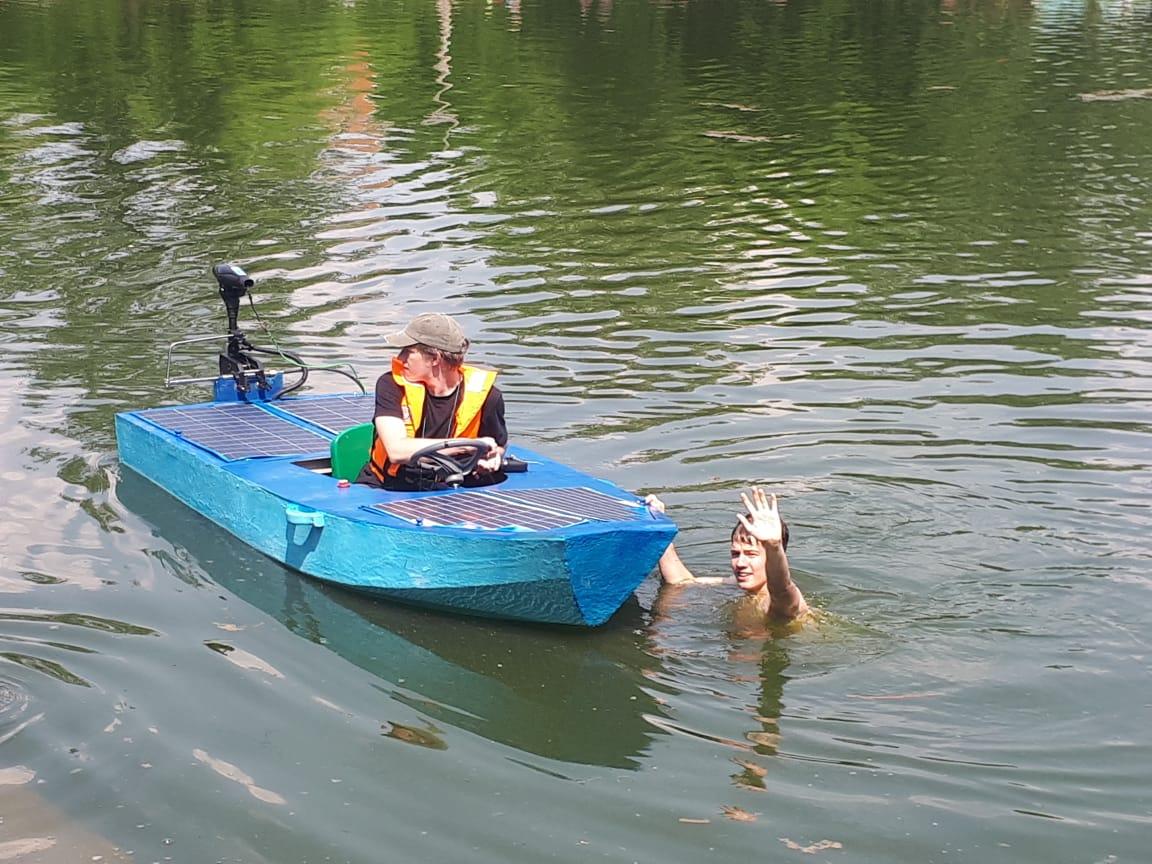 Начало испытаний, капитан команды как всегда впереди, т.е. в воде
