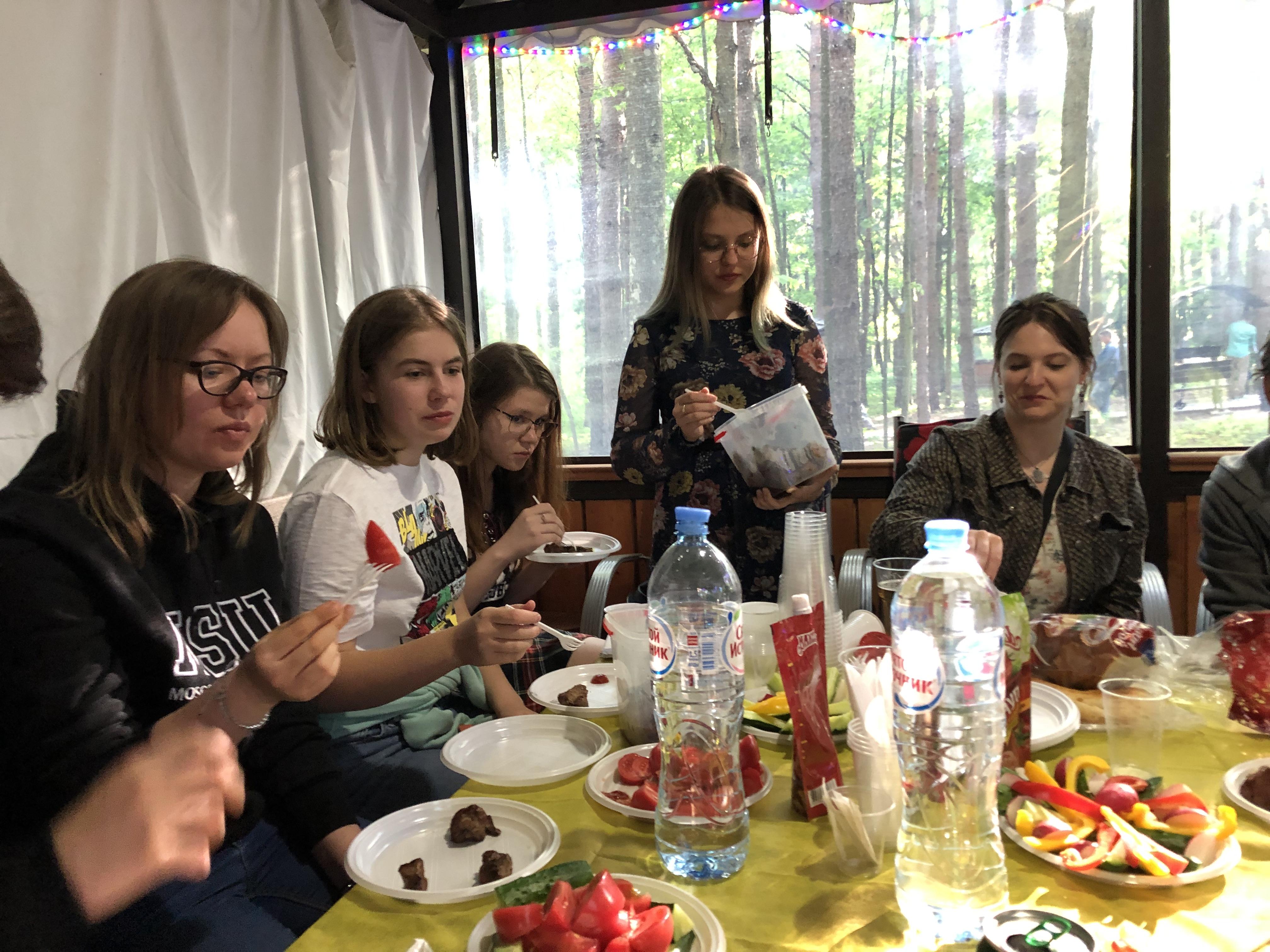 Обязательный ритуал - поедание шашлыков