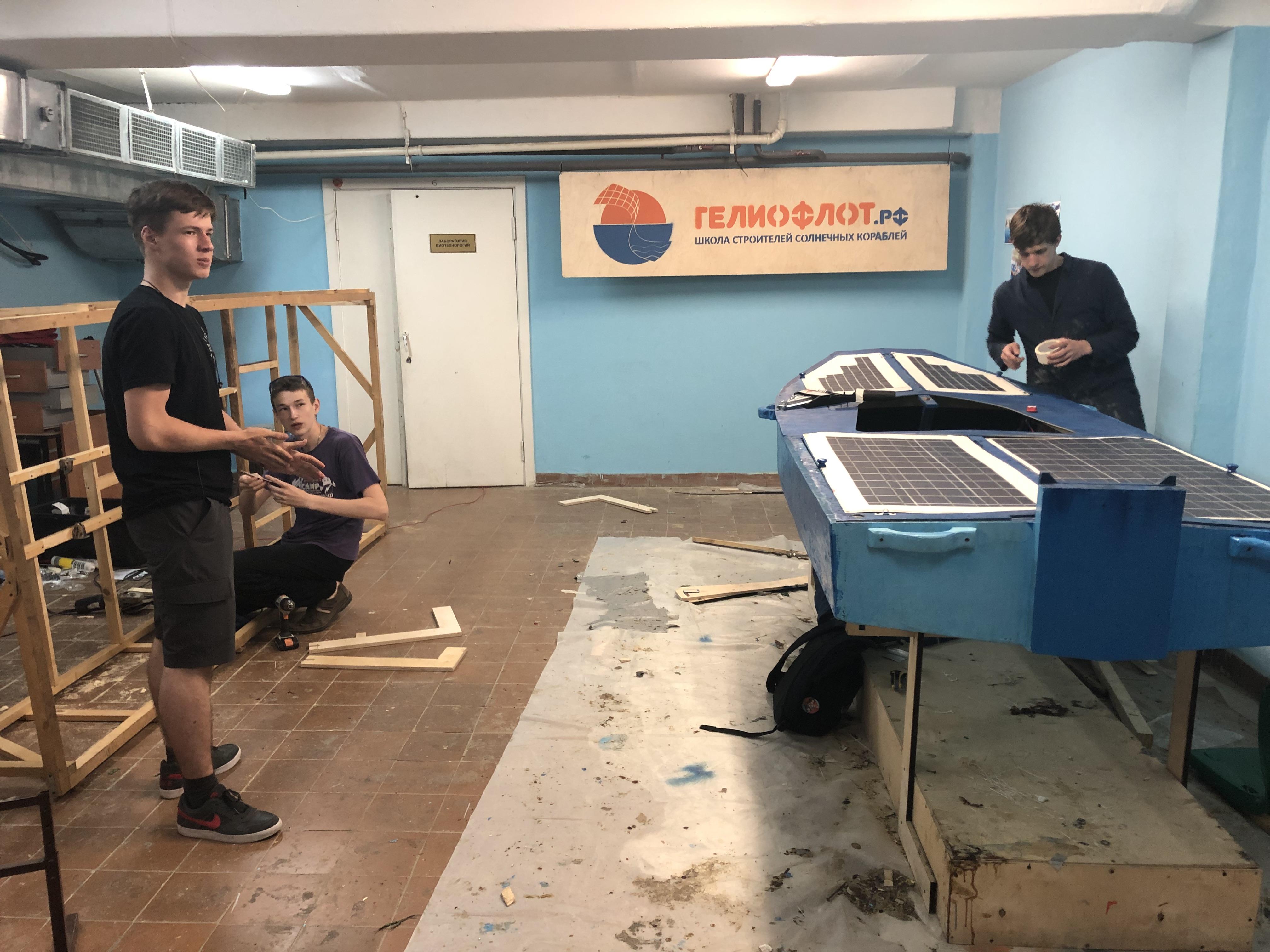 Последние штрихи перед испытаниями на открытой воде делают члены команды Илья Атрошенко, Федор Костин и Валерий Черниловский.