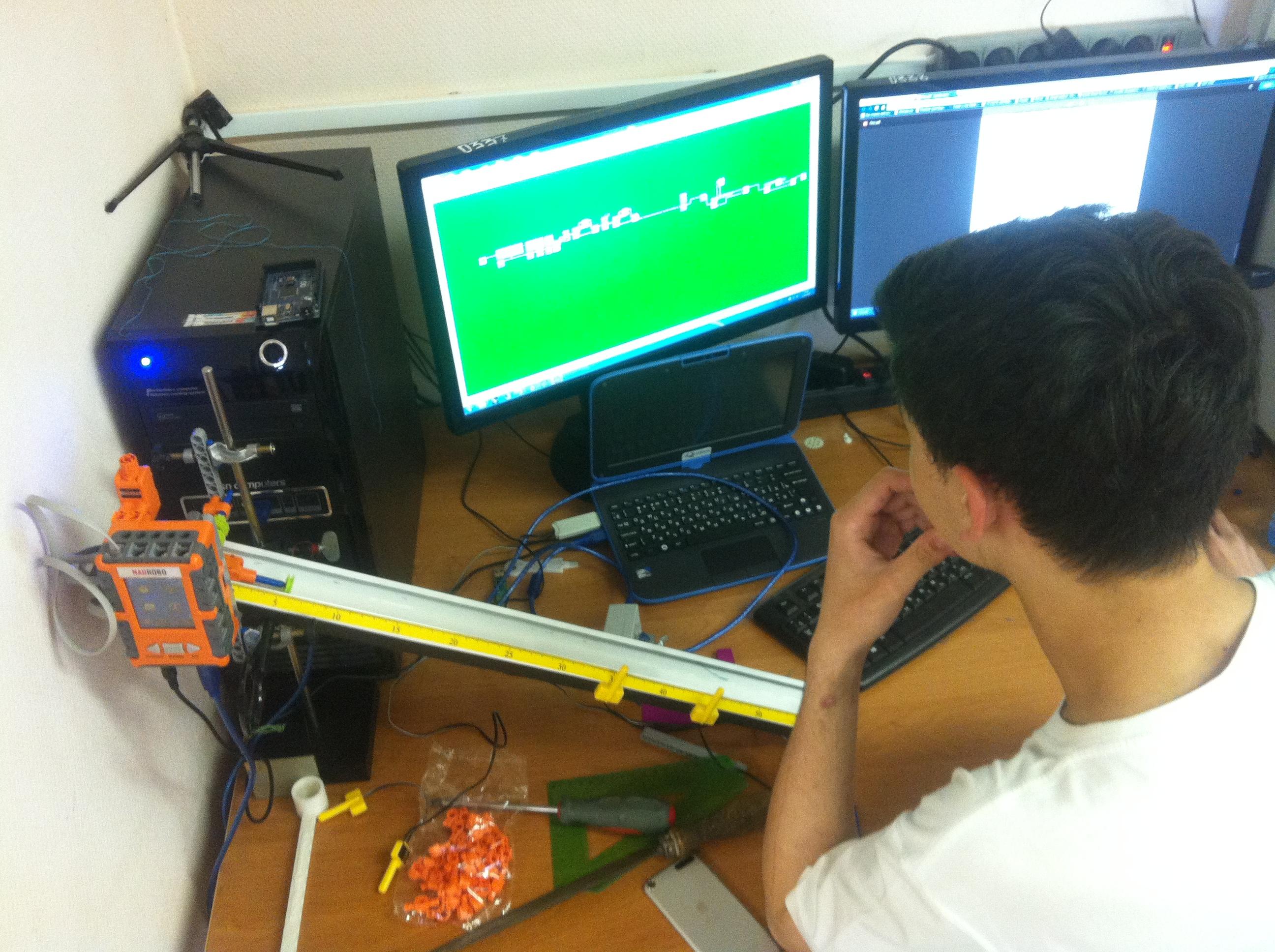 Идет программирование роботов в школьной лаборатории