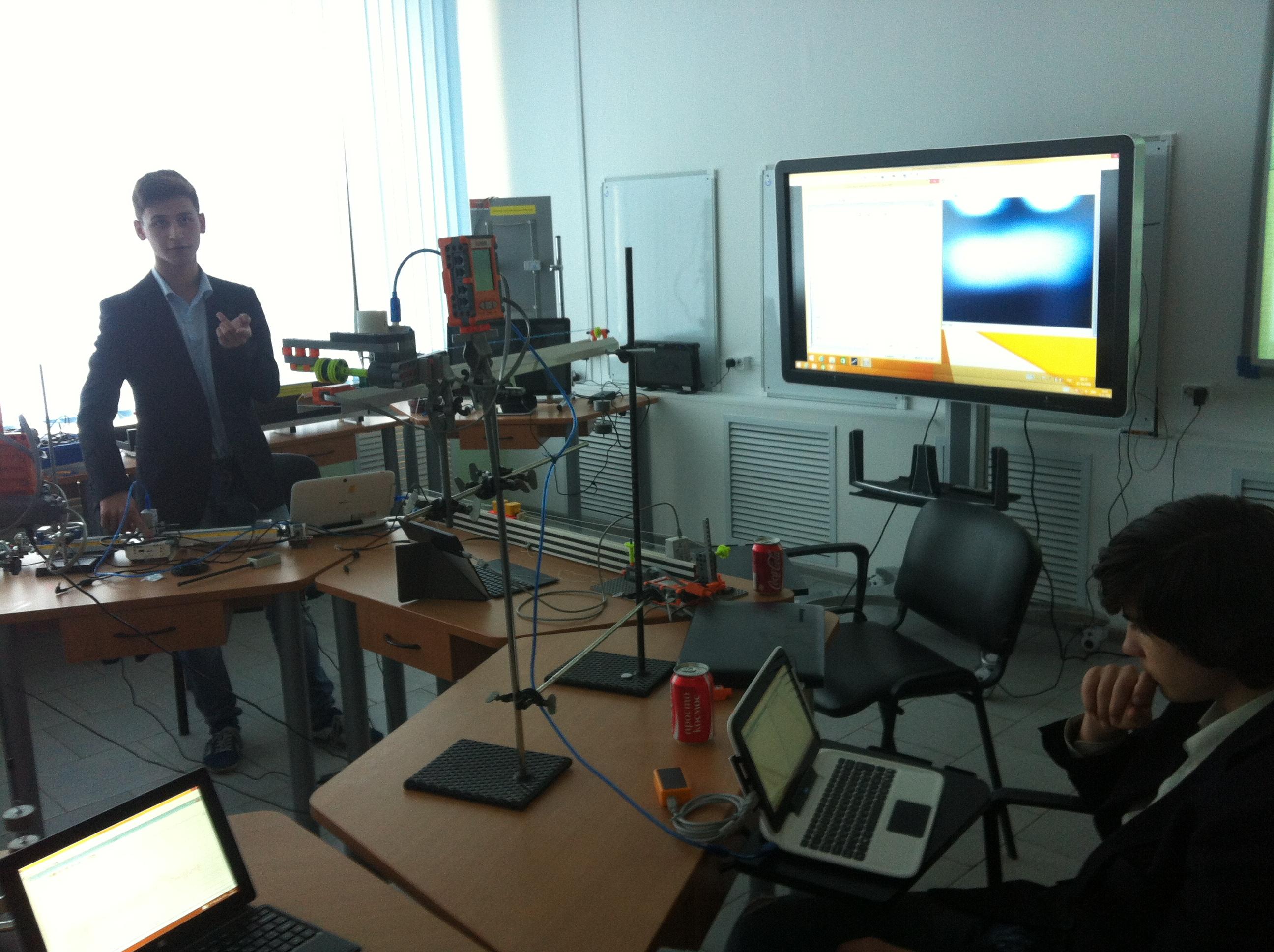 Никита Самойлов объясняет работу робота