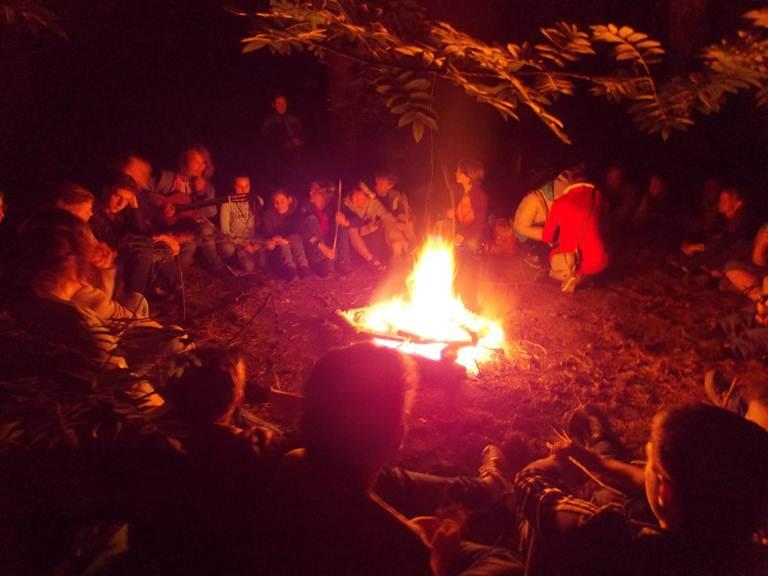 Ночью можно не только наблюдать небо, но и посидеть с друзьями у костра