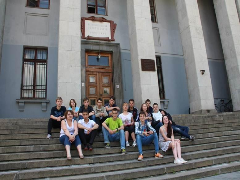 Участники школы на ступенях своей возможной будущей Альмаматер - ГАИШ МГУ