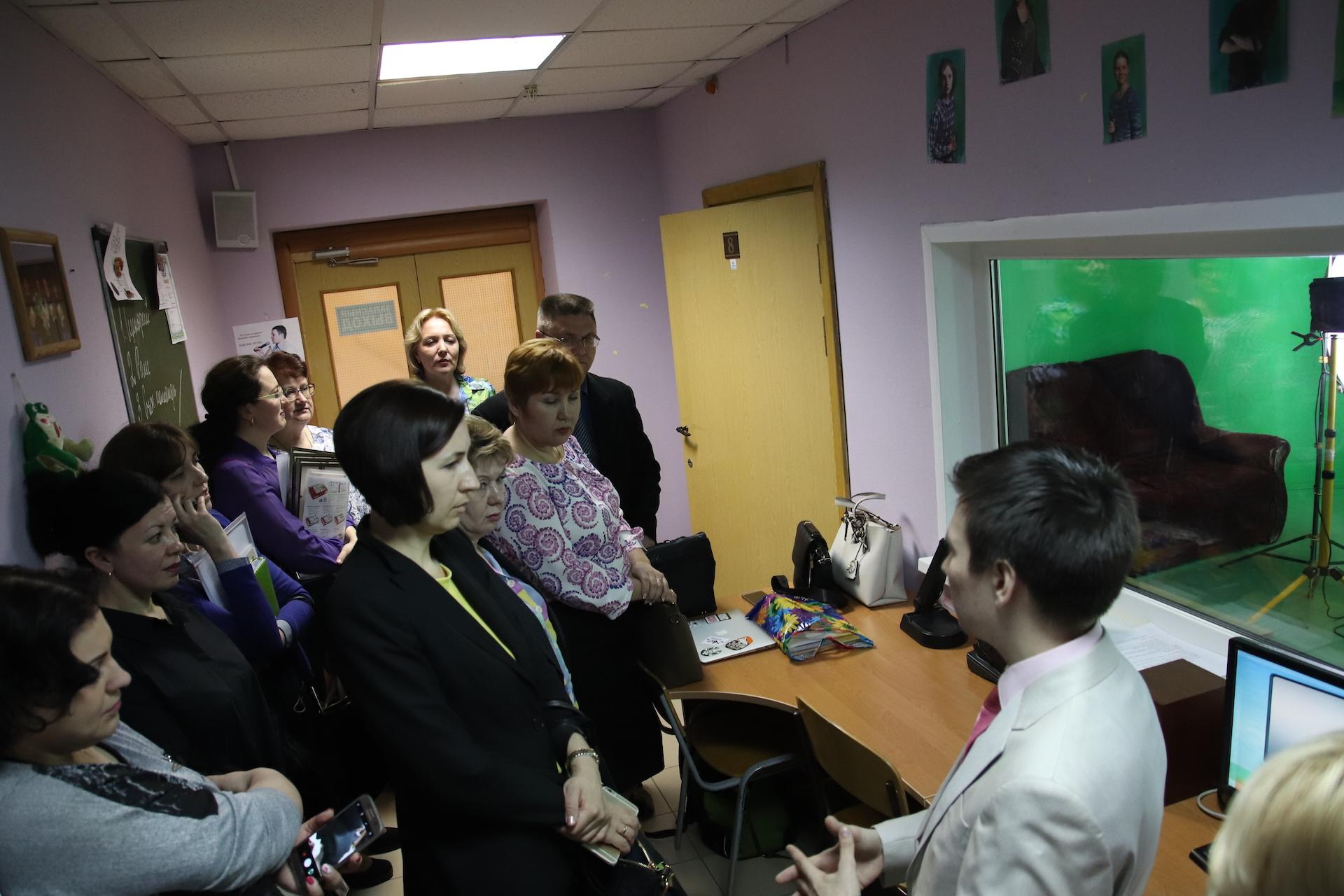 Максим Аносов знакомит с работой школьной телестудии