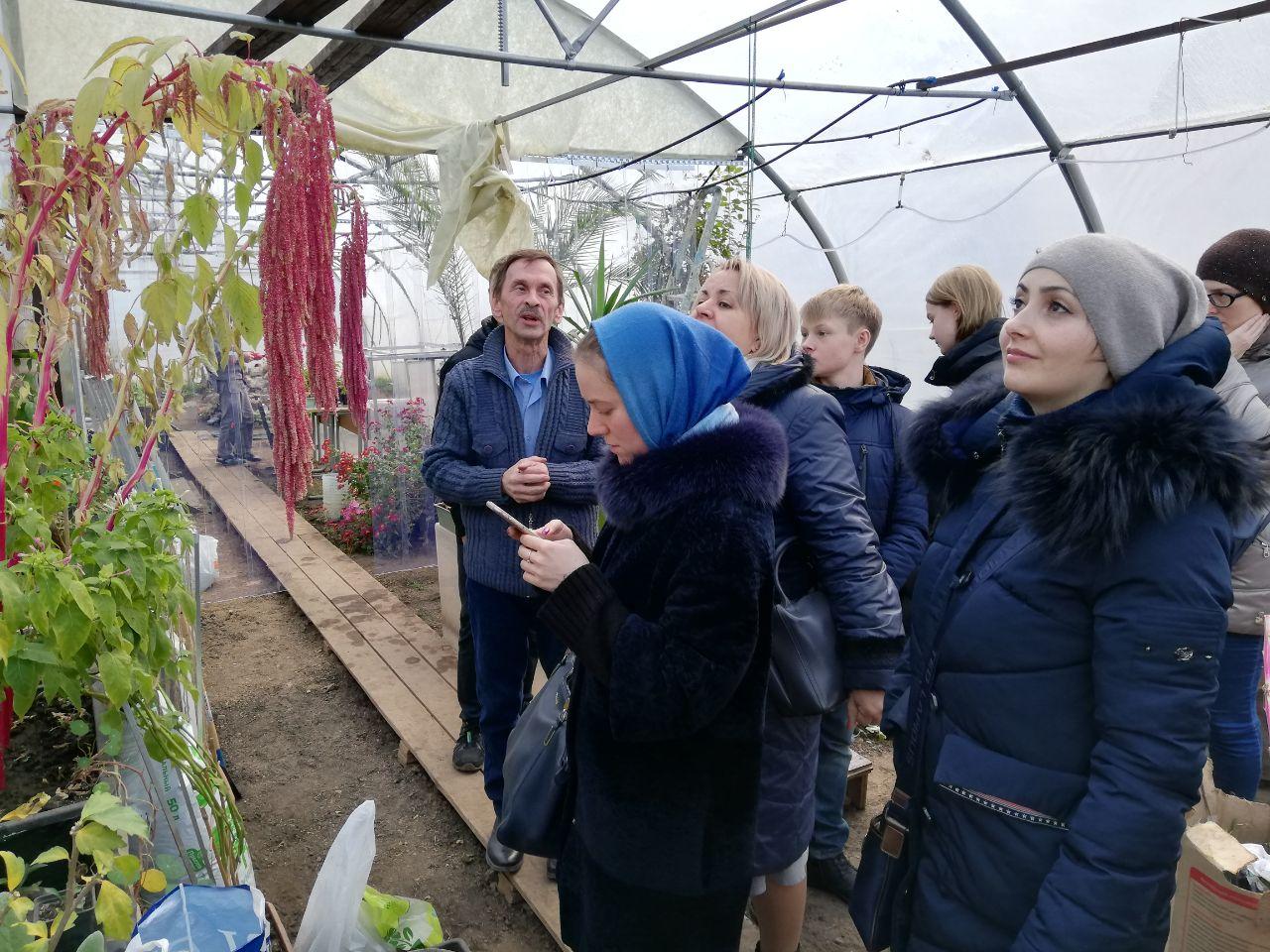 Сергей Полянский проводит экскурсию в оранжерее