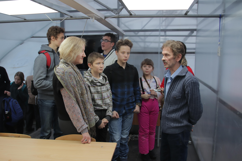 Разговор двух биотехнологов Е.В.Журавлевой и С.М.Полянского в учебном классе школьного биоэнергетического комплекса