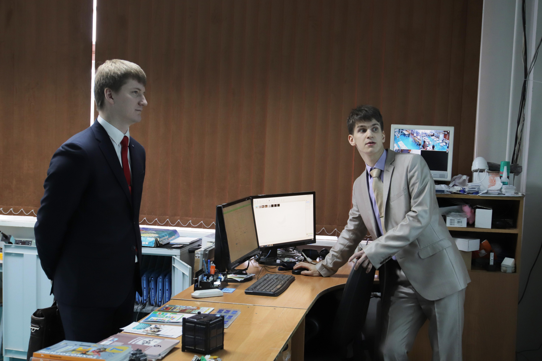 Заместитель генерального директора НПО Луч по науке Павел Викторович Карболин знакомится с работой цифрового кабинета технологи