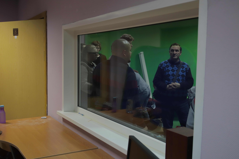 Знакомит гостей со школьной виртуальной студией ее руководитель - Александр Владимирович Сергиенко