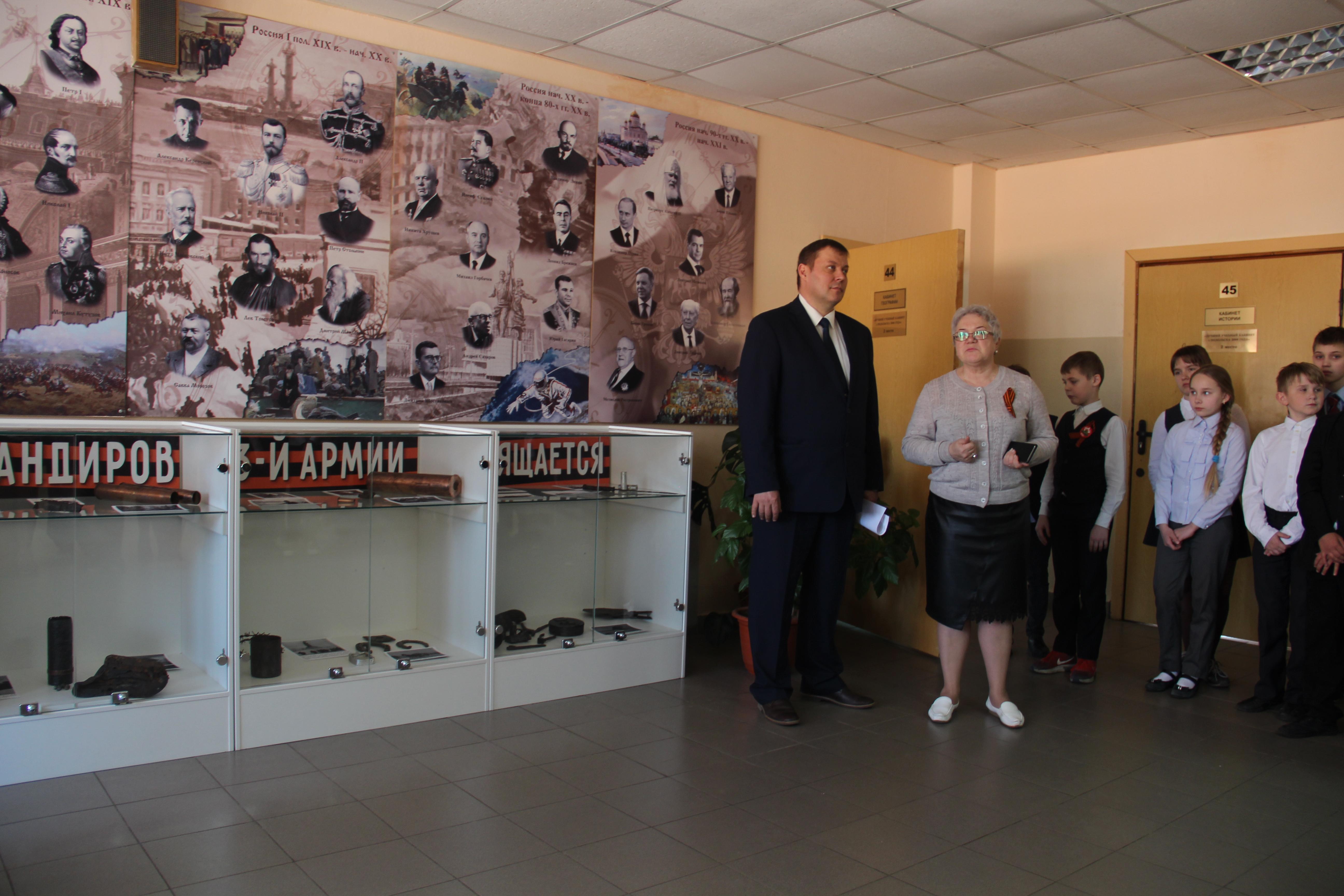 Директор школы Людмила Ивановна Лифанова открывает экспозицию музея