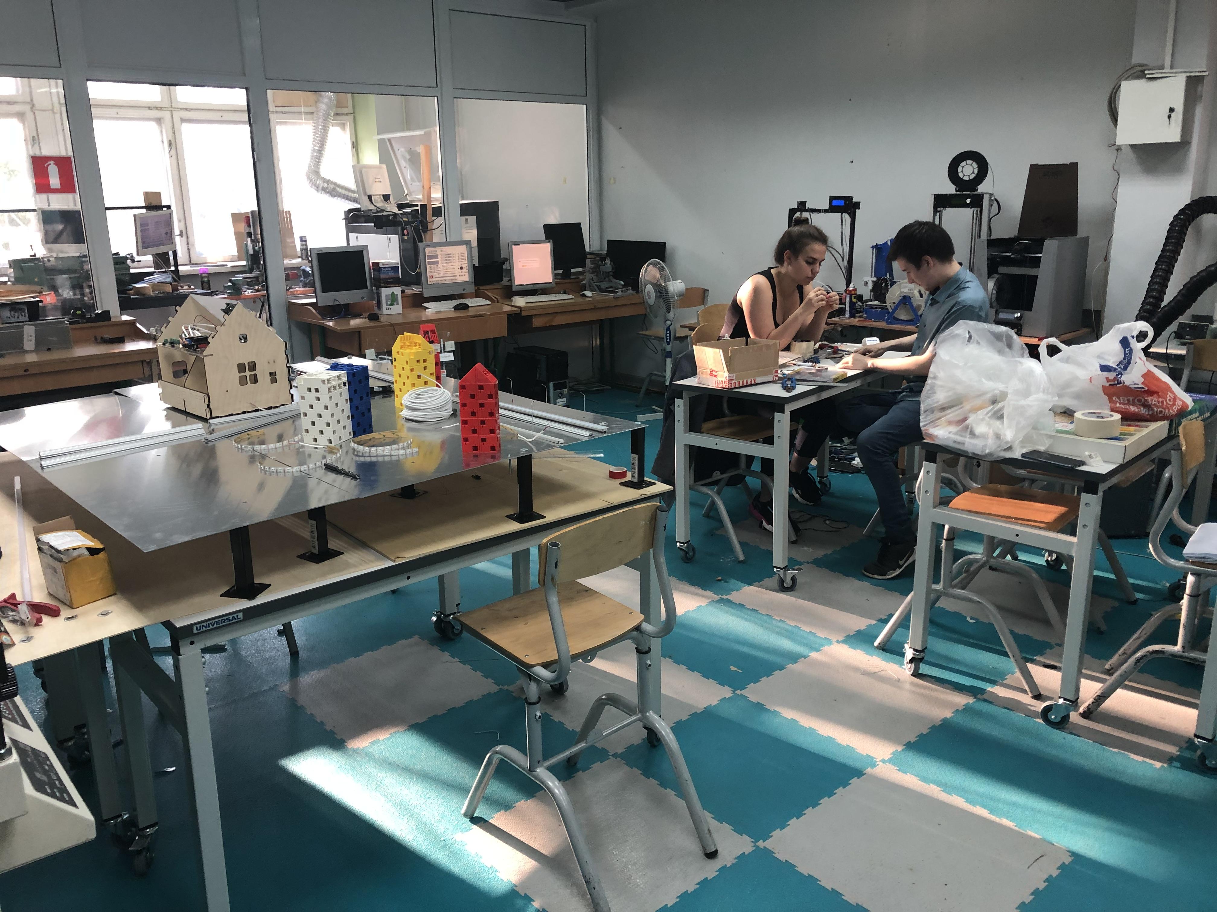 Работа членов команды над элементами выставочного стенда