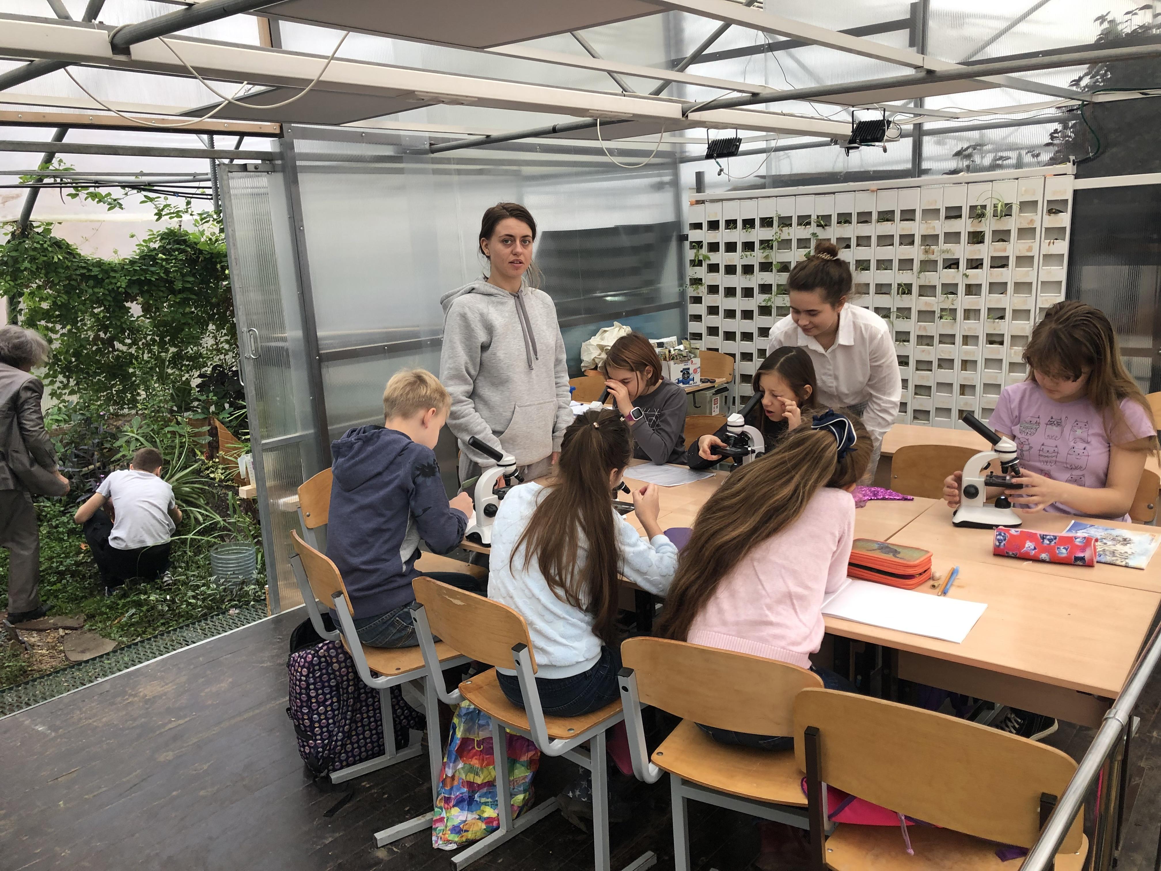 Занятия секции дополнительного образования в школьной оранжерее