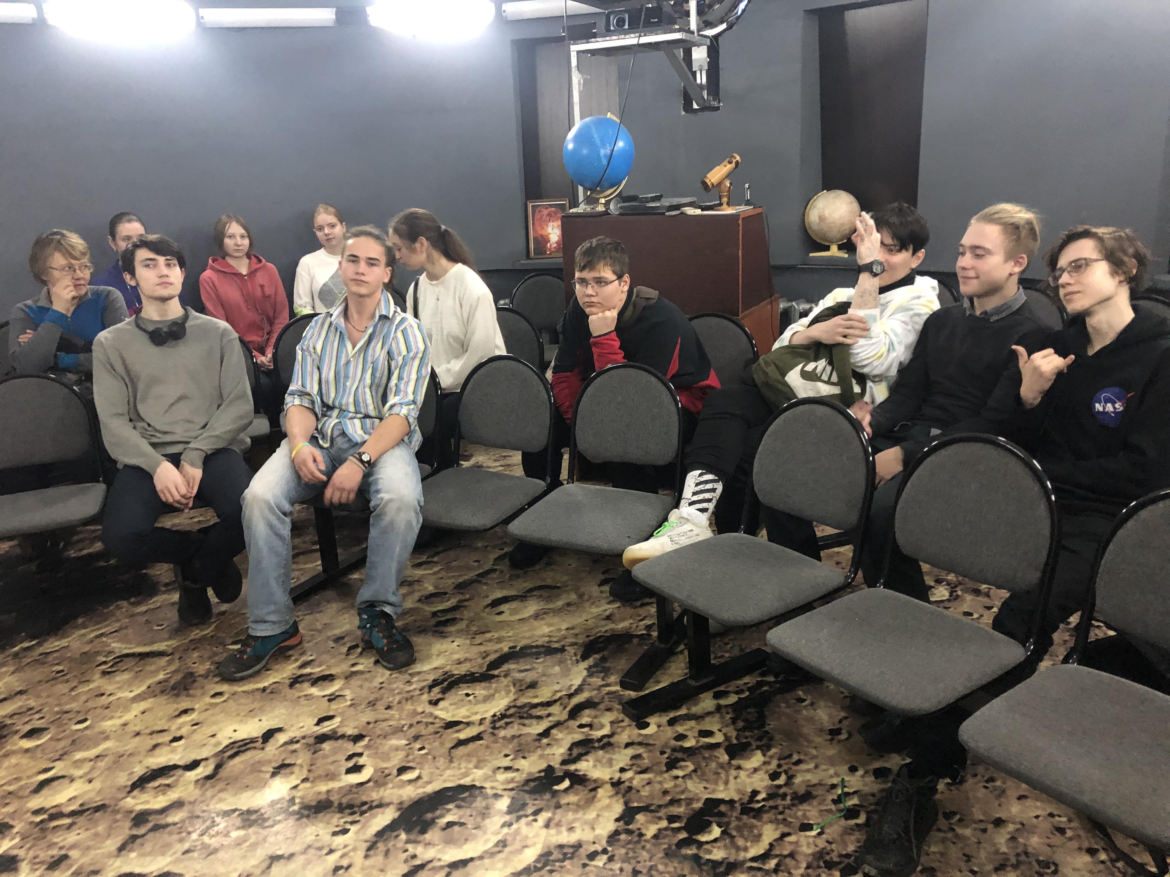 Гости из Москвы и Иркутска в школьном планетарии