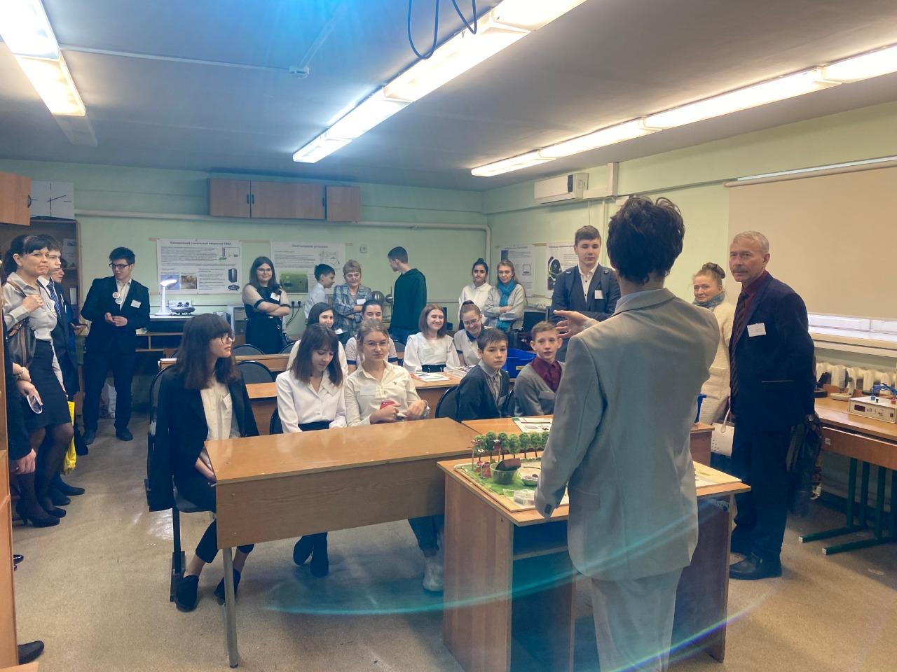 Посещение участниками слета школьной нанолаборатории