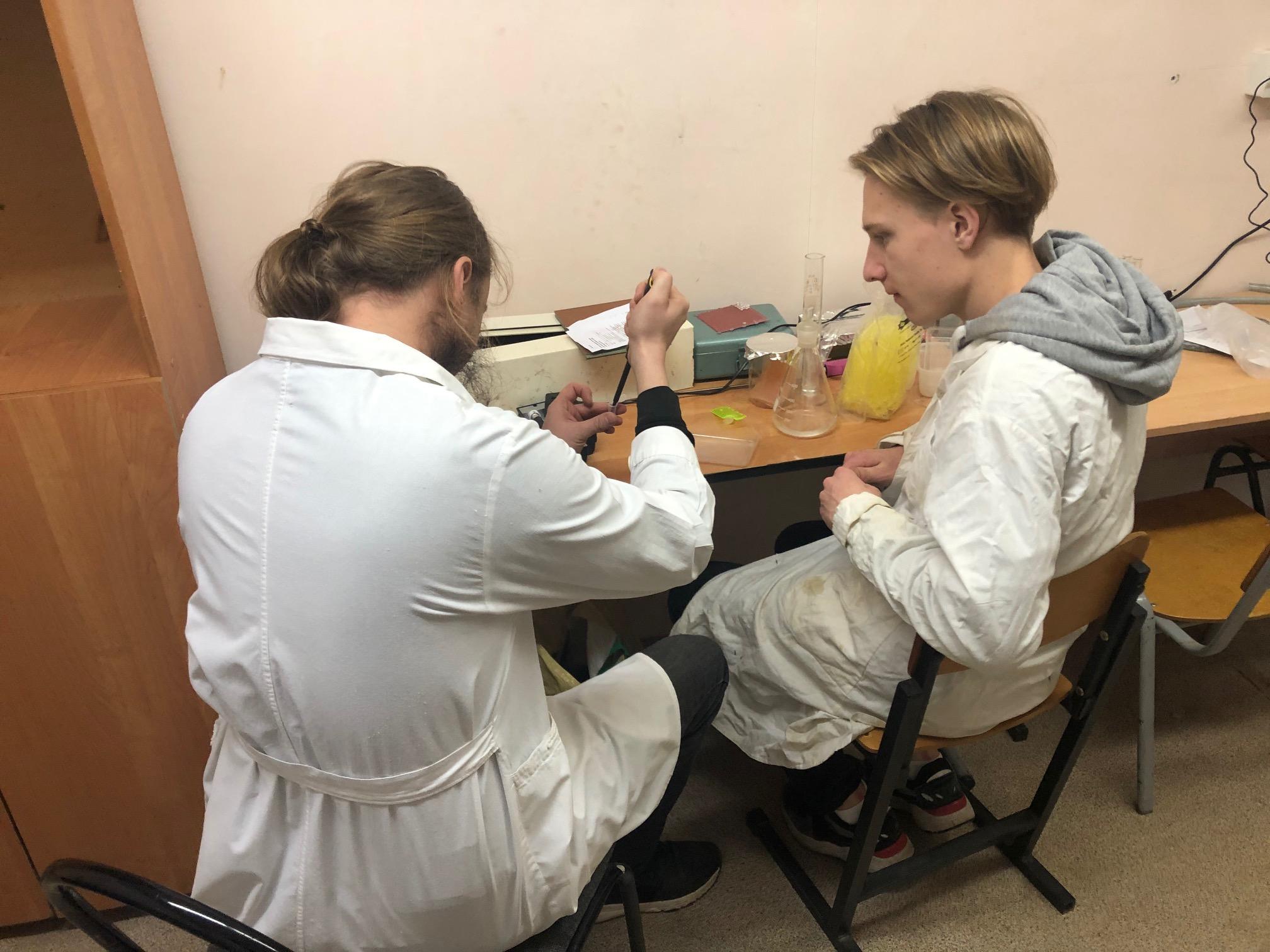 Александр Соколов и Герман Зайцев проводят первые эксперименты